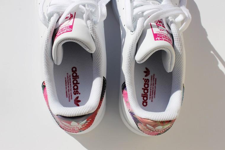tennis adidas blanche à bandes fleuries